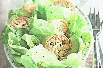 Зеленый салат с рулетиками из рыбы и яиц